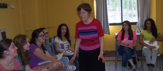 Jane Arnold durante una de sus clases en la Universidad de Sevilla