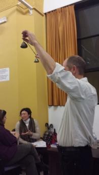 El profesor Underhill marca el comienzo y final de las actividades con estas campanas