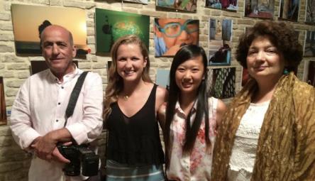 Estudiantes y familia disfrutan en la inauguración de una exposición