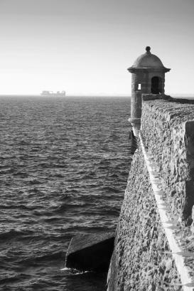 sepia-muralla-cadiz-mar BN